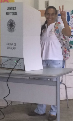 5.out.2014 - A candidata ao Senado por Alagoas pelo PSOL, Heloísa Helena, votou na manhã deste domingo (5). Ela está no segundo lugar na disputa, com 26% das intenções de votos válidos, segundo pesquisa Ibope divulgada no dia 3 de outubro
