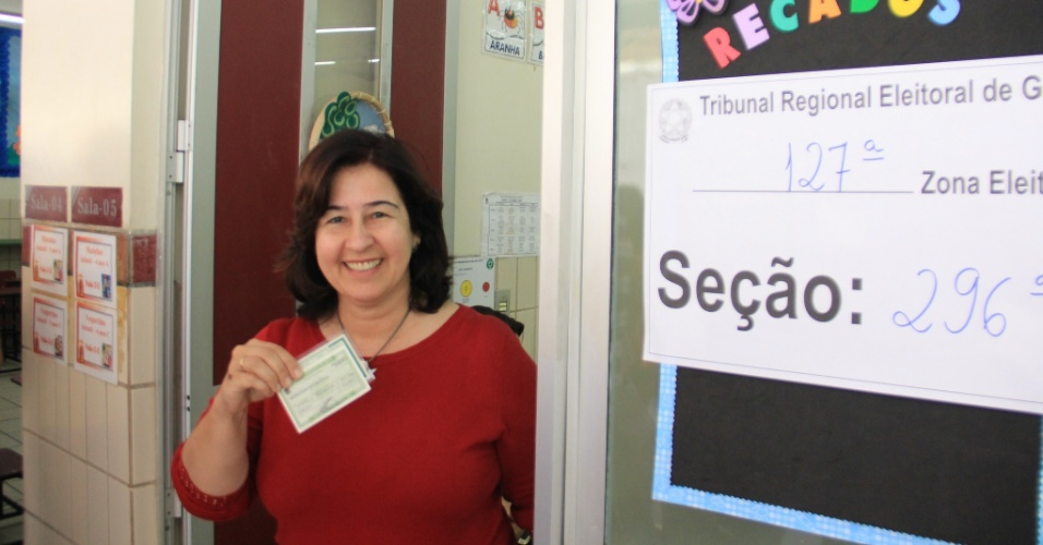 5.out.2014 - A candidata ao Senado por Goiás Mariana Santanna exibe o título antes de votar em Goiânia, neste domingo