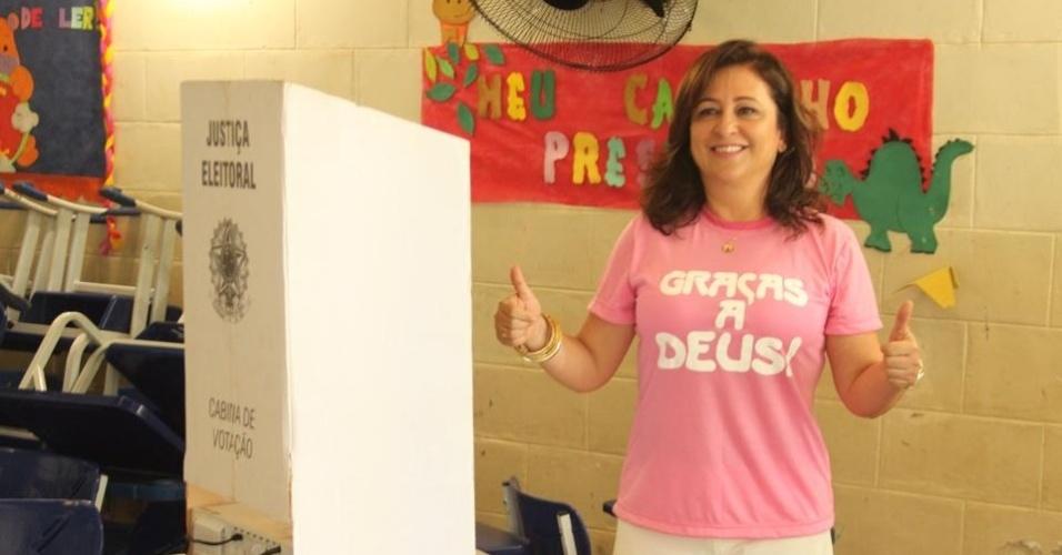 5.out.2014 - A candidata do PMDB ao Senado pelo Tocantins, Kátia Abreu, vota em escola, neste domingo (5). De acordo com pesquisa do Ibope divulgada neste sábado (4), Abreu está em primeiro lugar nas pesquisas com 56% das intenções de votos válidos. A margem de erro da pesquisa é de três pontos percentuais, para mais ou para menos