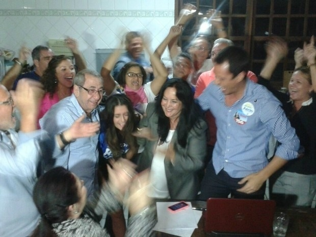 5.out.2014 - A candidata do PMDB Rose de Freitas (centro) foi eleita senadora pelo Espírito Santo e comemora sua vitória, neste domingo (5). Ela recebeu 46,23% dos votos