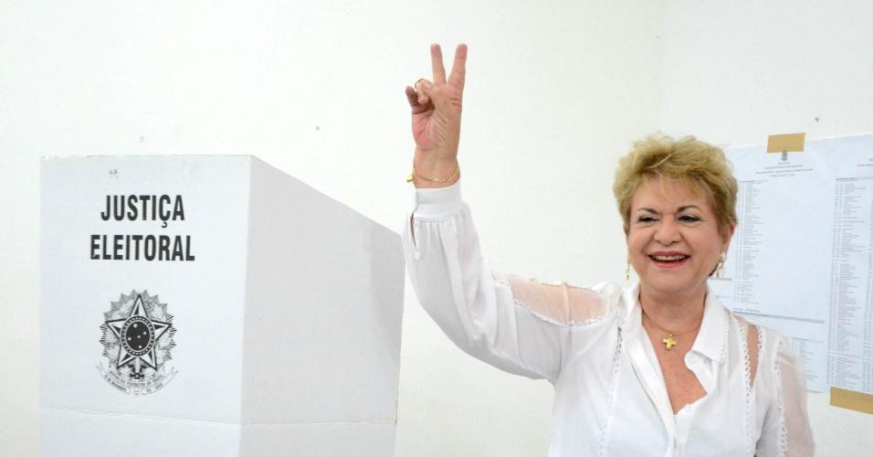 5.out.2014 - A candidata do PSB ao Senado pelo Rio Grande do Norte, Wilma de Faria, vota na Fundação José Augusto, em Natal, capital do Estado. De acordo com última pesquisa do Ibope, Wilma está em segundo lugar na disputa pelo Senado, atrás de Fátima Bezerra (PT)