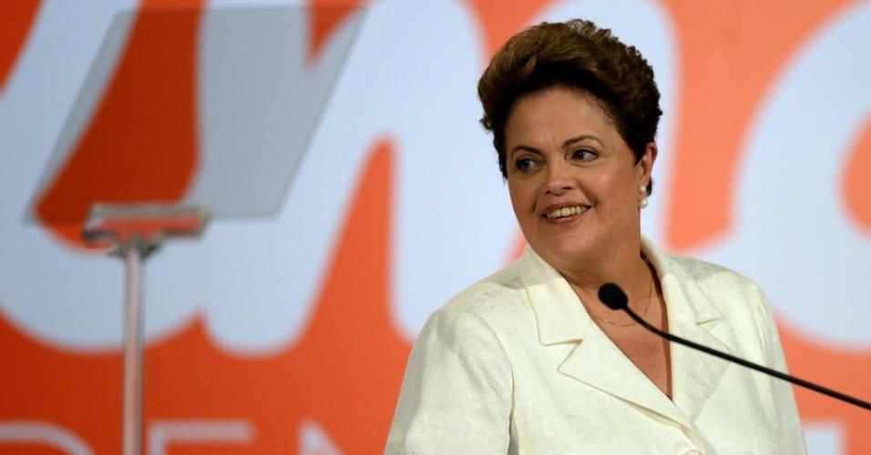 5.out.2014 - A presidente Dilma Rousseff (PT), candidata a reeleição, fala sobre o resultado do primeiro turno das eleições, em Brasília, neste domingo. Dilma teve 41,55% dos votos, e irá ao segundo turno contra Aécio Neves, com 33,61%. Ovacionada pelos militantes durantes seu discurso, Dilma disse que recebeu um 'recado das urnas'. 'Sinto como se deles eu tivesse recebido um recado que diz que eu devo seguir em frente, que eu devo continuar nessa luta', falou a petista
