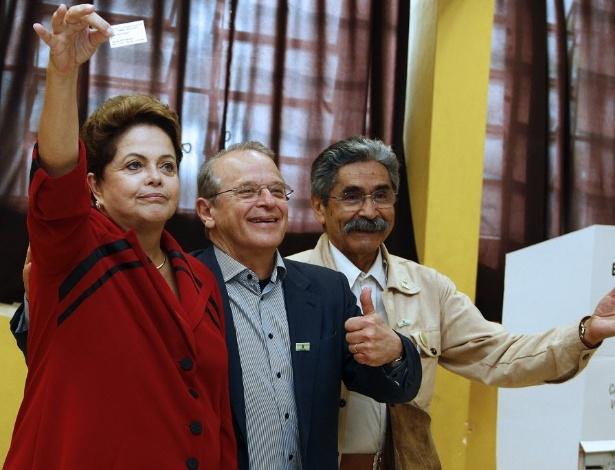A presidente Dilma Rousseff vota em Porto Alegre na companhia do governador e candidato à reeleição Tarso Genro (PT) e de Olívio Dutra, que foi derrotado na disputa ao Senado no Estado