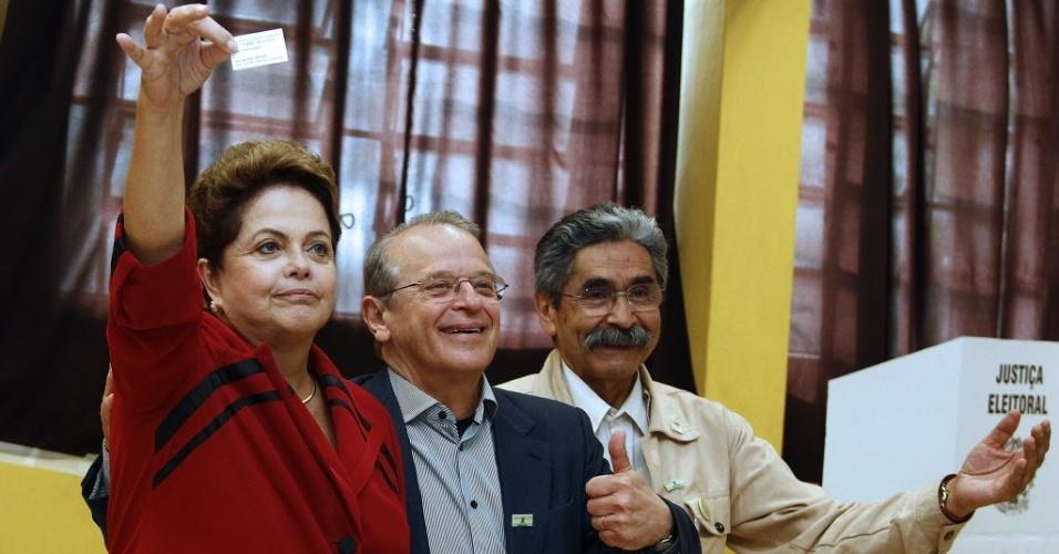 5.out.2014 - A presidente Dilma Rousseff voto em Porto Alegre na companhia do governador do Rio Grande do Sul e candidato à reeleição Tarso Genro (PT) e do também petista Olívio Dutra