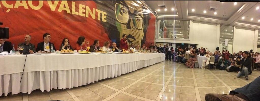 5.out.2014 - A presidente e candidata à reeleição, Dilma Rousseff (PT) (em pé com blusa vermelha), discursa ao tomar café da manhã antes de votar neste domingo (5), em Porto Alegre, no Rio Grande do Sul. Pesquisas Datafolha e Ibope divulgadas na tarde deste sábado (4) confirmam a liderança de Dilma Rousseff  na corrida presidencial com 44% das intenções de voto. O adversário da candidata no segundo turno ainda está indefinido. O senador Aécio Neves (PSDB) e a ex-senadora Marina Sila (PSB) estão em situação de empate técnico