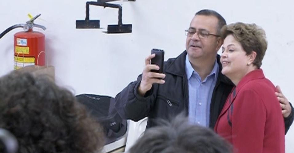 """5.out.2014 - A presidente e candidata à reeleição, Dilma Rousseff (PT), foi parada para tirar uma """"selfie"""" antes de votar, dentro do colégio eleitoral, neste domingo (5), em Porto Alegre, no Rio Grande do Sul. Pesquisas Datafolha e Ibope divulgadas na tarde deste sábado (4) confirmam a liderança de Dilma na corrida presidencial com 44% das intenções de voto. O adversário da candidata no segundo turno ainda está indefinido. O senador Aécio Neves (PSDB) e a ex-senadora Marina Sila (PSB) estão em situação de empate técnico"""
