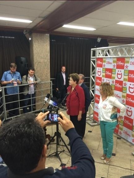 5.out.2014 - A presidente e candidata à reeleição, Dilma Rousseff (PT), se prepara para votar neste domingo (5), em Porto Alegre, no Rio Grande do Sul. Pesquisas Datafolha e Ibope divulgadas na tarde deste sábado (4) confirmam a liderança de Dilma na corrida presidencial com 44% das intenções de voto. O adversário da candidata no segundo turno ainda está indefinido. O senador Aécio Neves (PSDB) e a ex-senadora Marina Sila (PSB) estão em situação de empate técnico