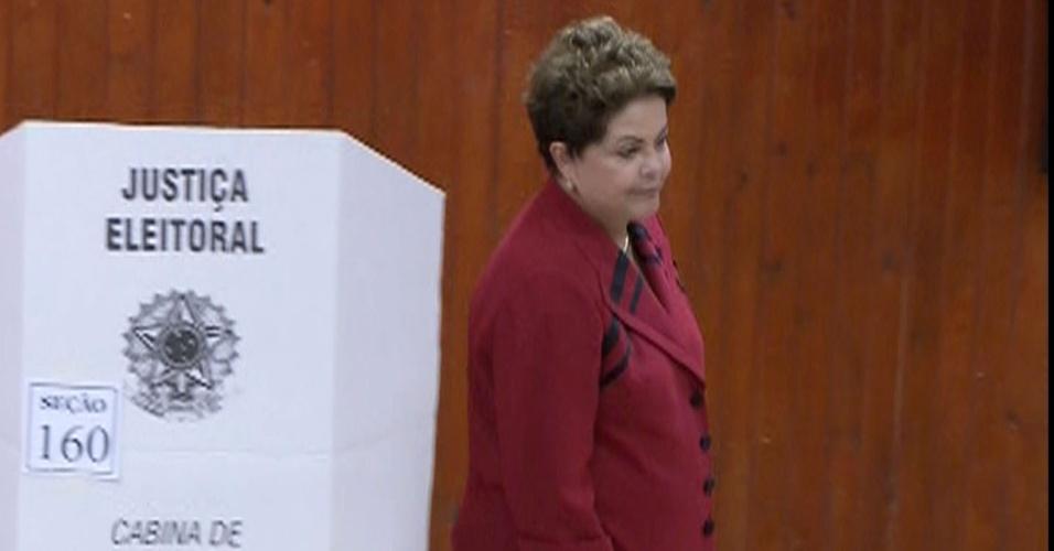 5.out.2014 - A presidente e candidata à reeleição, Dilma Rousseff (PT), vota neste domingo (5), em Porto Alegre, no Rio Grande do Sul. Pesquisas Datafolha e Ibope divulgadas na tarde deste sábado (4) confirmam a liderança de Dilma na corrida presidencial com 44% das intenções de voto. O adversário da candidata no segundo turno ainda está indefinido. O senador Aécio Neves (PSDB) e a ex-senadora Marina Sila (PSB) estão em situação de empate técnico
