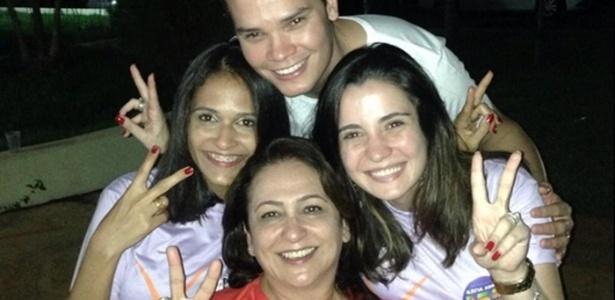 A senadora reeleita do Tocantins, Kátia Abreu, faz sinal de vitória ao lado de militantes