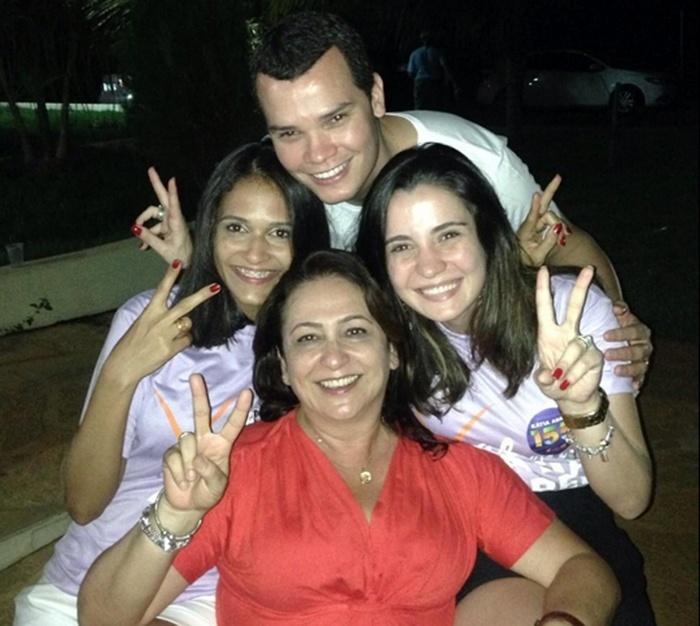 5.out.2014 - A senadora eleita do Tocantins, Kátia Abreu (PMDB), faz sinal de vitória ao lado de militantes em foto postada no seu perfil no Twitter, neste domingo (5). Ela venceu o pleito com 41,64% dos votos válidos