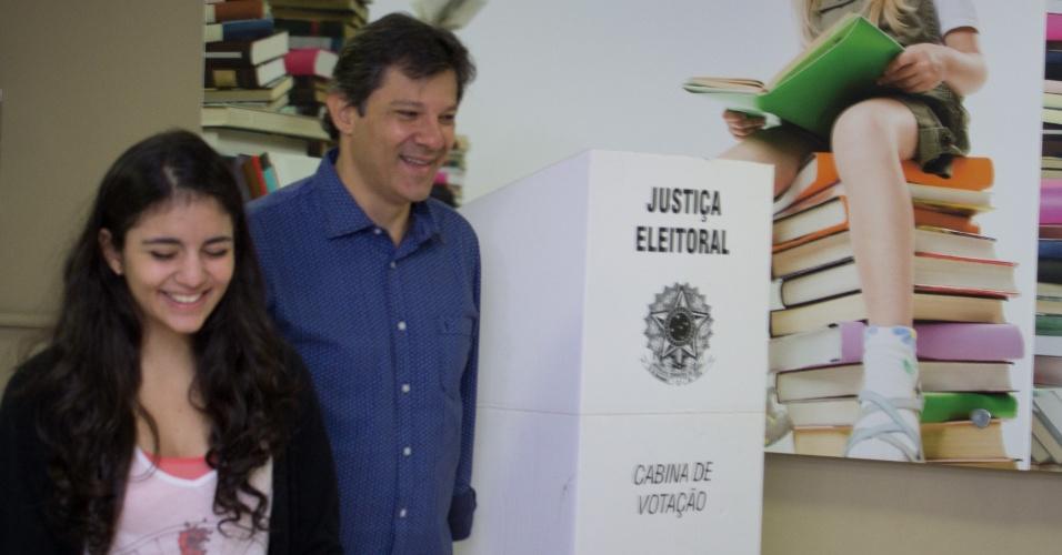 5.out.2014 - Acompanhado de sua filha, Ana Carolina, o prefeito da cidade de São Paulo Fernando Haddad (PT), votou neste domingo (5) em colégio no bairro de Moema, zona sul de São Paulo