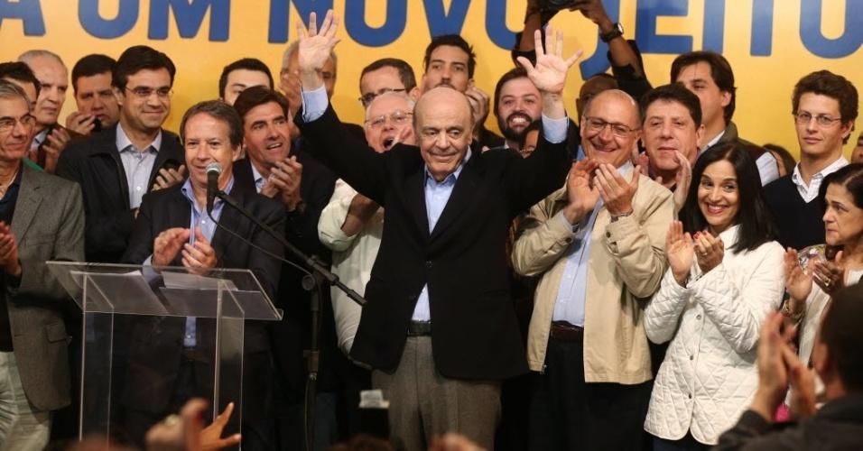 5.out.2014 - Após duas derrotas consecutivas em eleições para cargos Executivos, o candidato do PSDB José Serra (PSDB), 72, comemora a vitória por uma vaga ao Senado por São Paulo. Serra saiu vitorioso de uma disputa com Eduardo Suplicy (PT), 73, que tentava a reeleição. Suplicy estava no Senado havia 24 anos, desde 1991 (três mandatos consecutivos de oito anos cada um). O tucano assume o posto de senador pela segunda vez na carreira. Ele foi escolhido para o cargo nas eleições de 1994