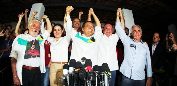Após ser eleito governador da Bahia, Rui Costa (centro) comemora em Salvador
