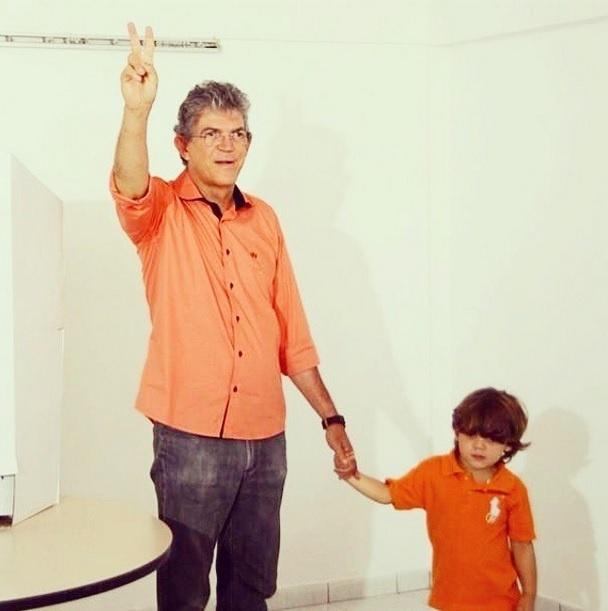 5.out.2014 - Candidato à reeleição para o governo da Paraíba, Ricardo Coutinho (PSB) cumprimenta eleitores ao lado do filho Henry, após votar neste domingo (5) na Fundação Casa de José Américo, no bairro do Cabo Branco, na zona leste de João Pessoa. A eleição no Estado promete ser acirrada. De acordo com a pesquisa Ibope divulgada neste sábado (4), o governador está empatado com o candidato do PSBD, Cássio Cunha Lima, com 47% dos votos válidos. A margem de erro é de três pontos percentuais para mais ou para menos
