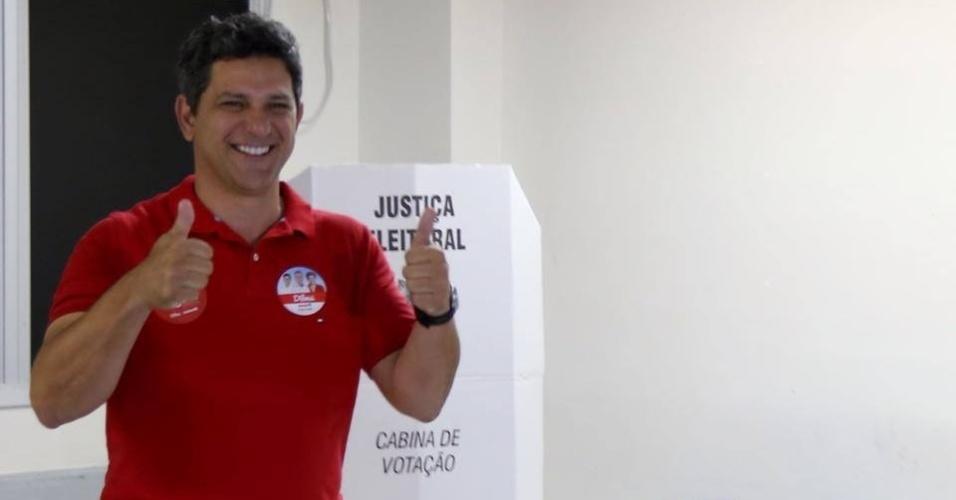 5.out.2014 - Candidato ao Senado pelo PT, Rogério Carvalho acena para eleitores após votar em Sergipe neste domingo (5). Segundo a pesquisa Ibope divulgada neste sábado (4), o petista em 36% dos votos válidos, contra 61% de Maria do Carmo (DEM). A margem de erro é de três pontos percentuais para mais ou para menos