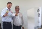 Acir Gurgacz (PDT, à esq.) faz sinal da vitória com seu suplente ao Senado - Reprodução/Facebook