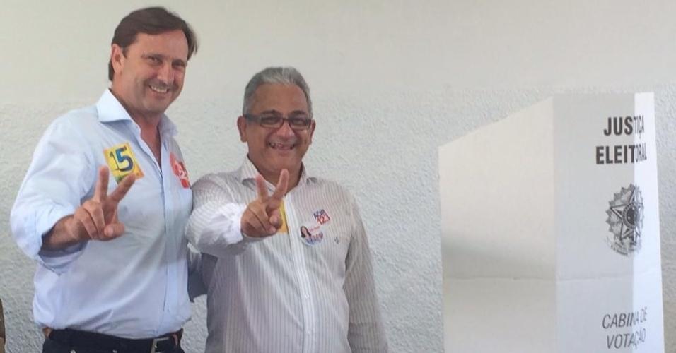 5.out.2014 - Candidato do PDT ao Senado por Rondônia, Acir Gurgacz cumprimenta eleitores, acompanhado do suplente Pastor Valadares, após votar em Porto Velho. Segundo pesquisa Ibope divulgada nesta sexta-feira (3), Gurgacz lidera a corrida com 35% dos votos válidos, seguido por Ivone Cassol (PP), que tem 26%, e Moreira Mendes, do PSD, que aparece com 23%