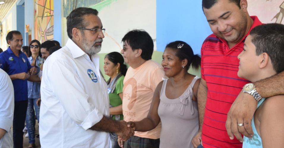 5.out.2014 - Candidato do PMDB ao Senado pelo Amapá, Gilvam Borges, cumprimenta eleitores antes de votar em escola, neste domingo (5)