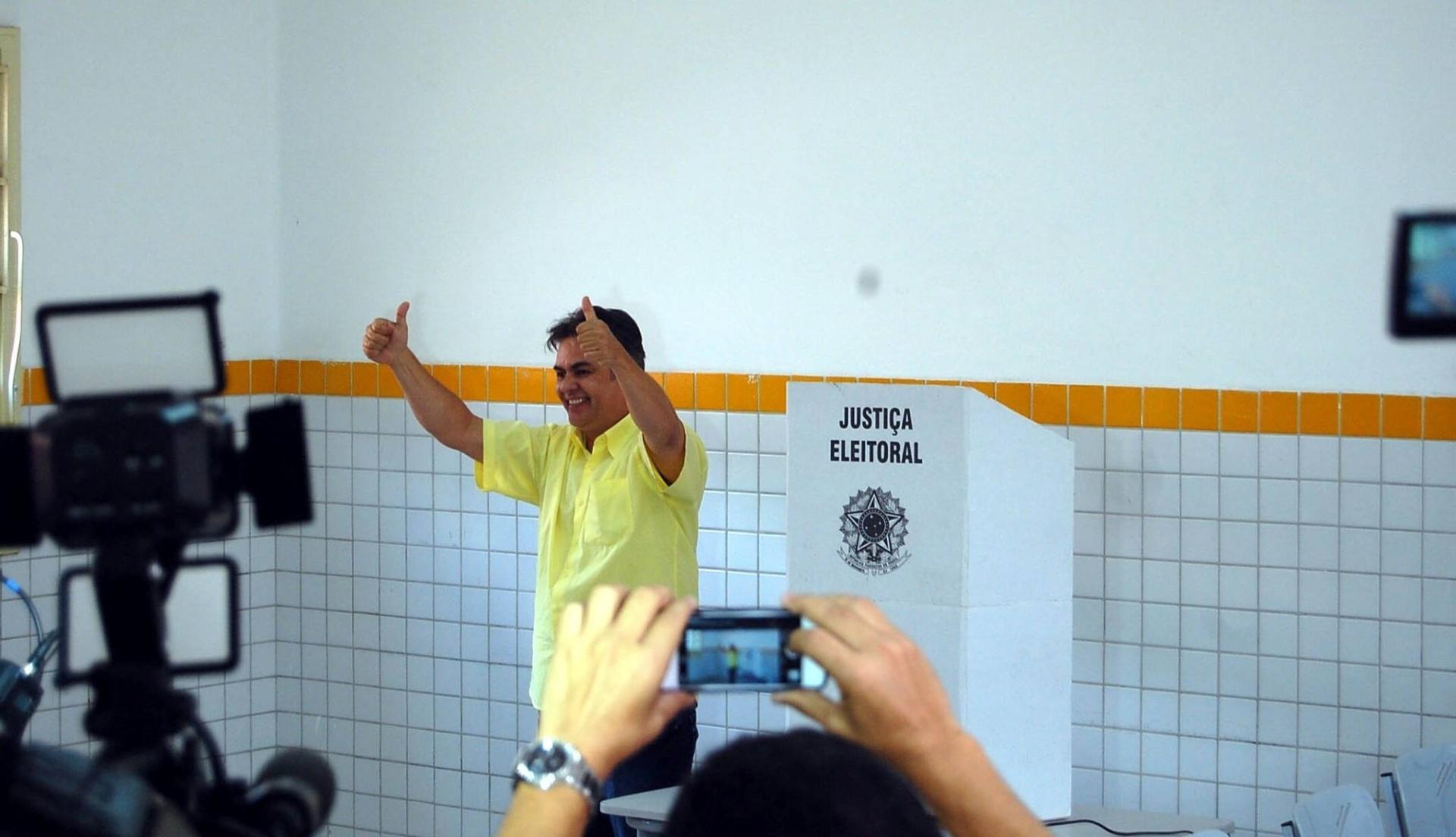 5.out.2014 - Candidato do PSBD ao governo da Paraíba, Cássio Cunha Lima acena após votar no Colégio Estadual do Prata, no bairro homônimo, em Campina Grande. De acordo com a pesquisa Ibope divulgada no sábado (4), a eleição será acirrada no Estado. O tucano está empatado, com 47% dos votos válidos, com o candidato do PSB, Ricardo Coutinho. A margem de erro é de três pontos percentuais para mais ou para menos