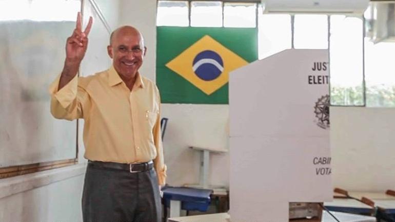 5.out.2014 - Confúcio Moura, candidato do PMDB ao governo de Rondônia, votou na manhã deste domingo na escola estadual Migrantes, em Ariquemes, no interior do Estado. Ele lidera a disputa pelo Executivo estadual, com 39% das intenções de votos válidos, segundo pesquisa Ibope divulgada dia 3 de outubro