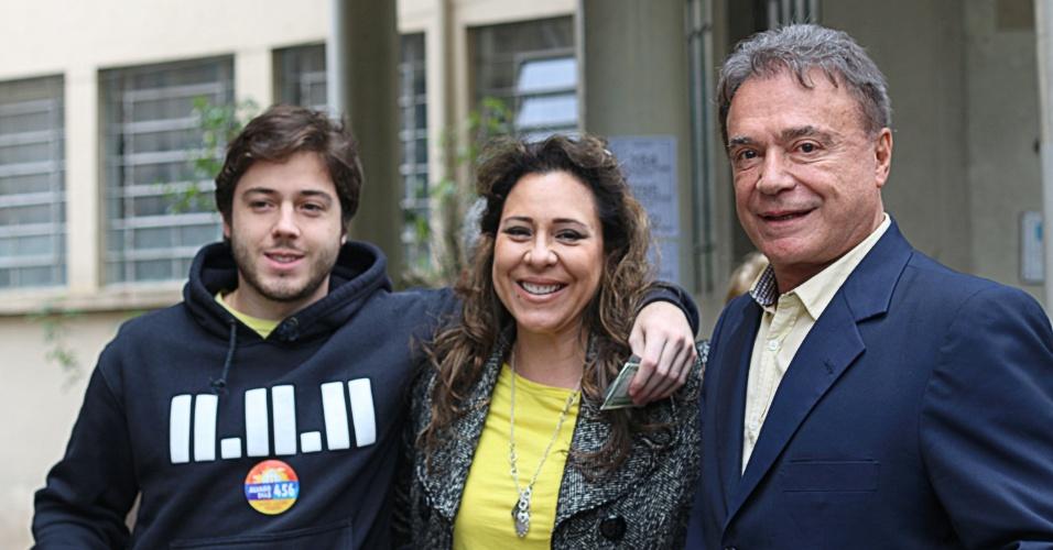 5.out.2014 - Depois de votar em Londrina, o senador e candidato à reeleição Alvaro Dias (PSDB), acompanha a mulher Débora Dias e o filho a votar, neste domingo (5). Segundo a pesquisa do Datafolha divulgada neste sábado (4), o tucano aparece com 61% das intenções de voto, enquanto o segundo colocado, Ricardo Gomyde (PCdoB), tem 7%