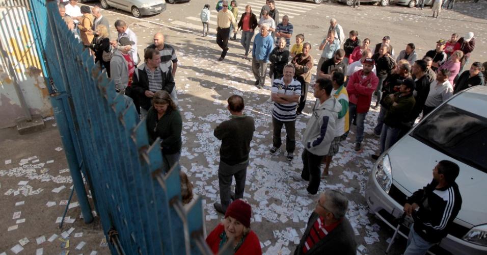 5.out.2014 - Eleitores aguardam a abertura dos portões na escola Cidade de Hiroshima, no bairro Parque do Carmo, zona leste de São Paulo, neste domingo (5)