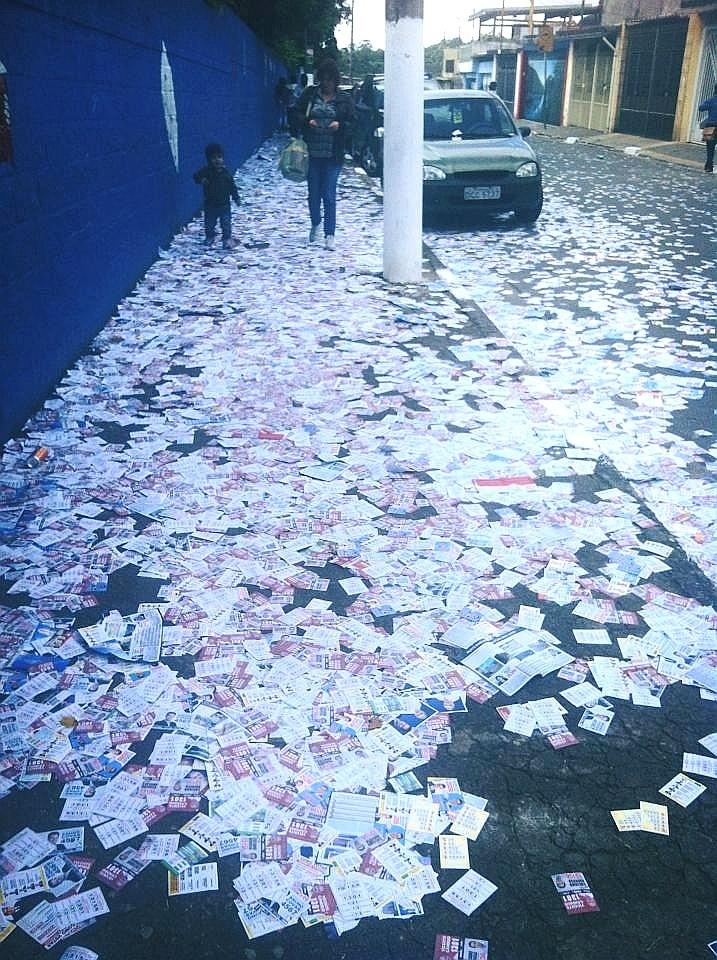 5.out.2014 - Em alguns locais de votação, as ruas estavam cobertas de panfletos já pela manhã. Diante da Escola Professor Arthur Wolff Netto, na Vila Fachini, São Paulo, era impossível andar na calçada sem pisar neles
