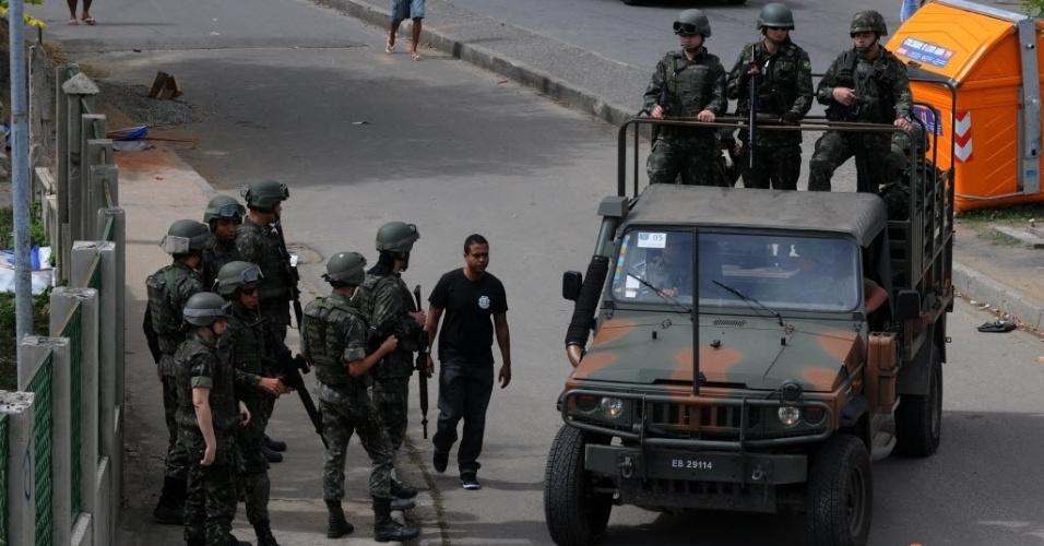 5.out.2014 - Exército erforça a segurança na entrada do Complexo Favela da Maré na Zona Norte do Rio de Janeiro, durante as eleições que acontecem neste domingo (5)