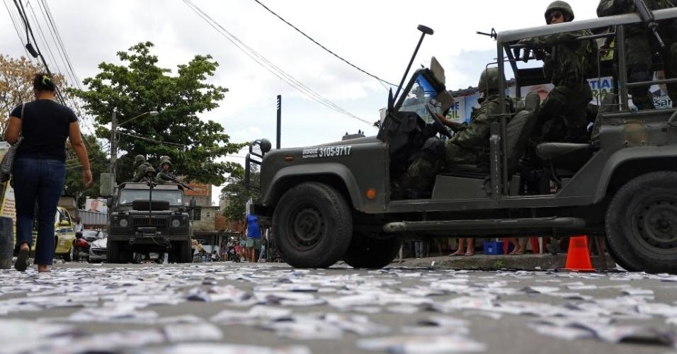 5.out.2014 - Forças Armadas patrulham a região do Complexo da Maré durante as eleições neste domingo (5), no Rio de Janeiro