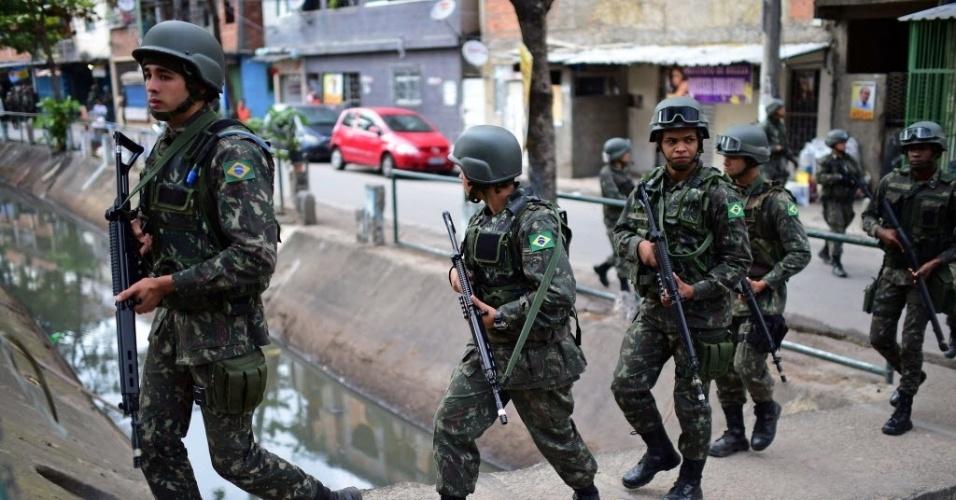 5.out.2014 - Forças Armadas reforçam a segurança no Complexo da Favela da Maré durante as eleições desde domingo (5)