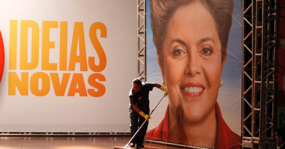 5.out.2014 - Funcionária termina de limpar local onde a presidente Dilma Rousseff, candidata à reeleição pelo PT, dará entrevista neste domingo (5) aos jornalistas, em Brasília (DF). De acordo com a última pesquisa Datafolha, divulgada nesse sábado, Dilma tinha 44% dos votos válidos, sem contar nulos, brancos e indecisos, contra 26% de Aécio Neves (PSDB) e 24% de Marina Silva (PSB)