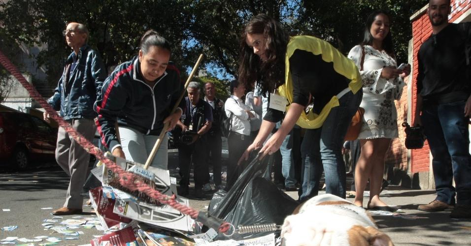 5.out.2014 - Funcionários da prefeitura de Belo Horizonte recolhem santinhos jogados na rua Marquês de Paranaguá, no bairro Santo Antônio, zona sul de Belo Horizonte