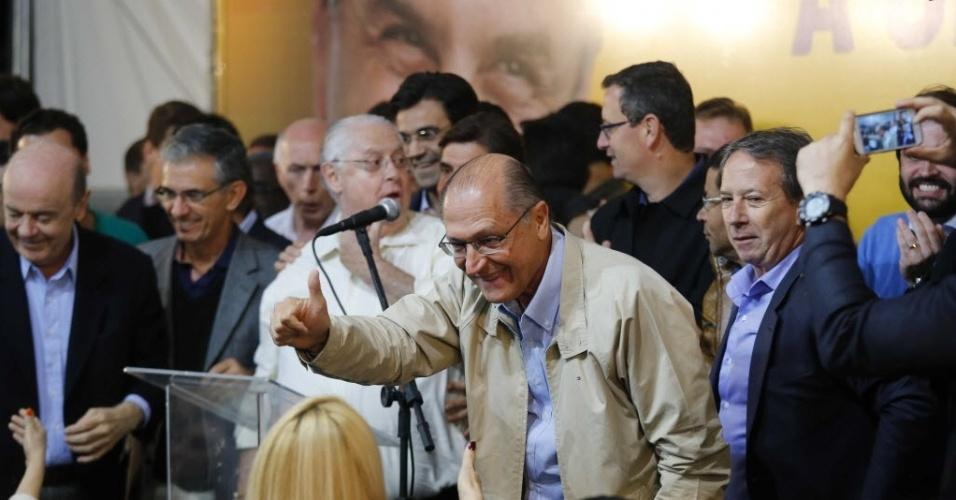 5.out.2014 - Geraldo Alckmin (PSDB), governador reeleito de São Paulo, dá entrevista sobre resultado do primeiro turno das eleições. Ele venceu o pleito com 57,33% dos votos e convocou os eleitores a apoiarem Aécio Neves, candidato do partido à Presidência, que foi para o segundo turno
