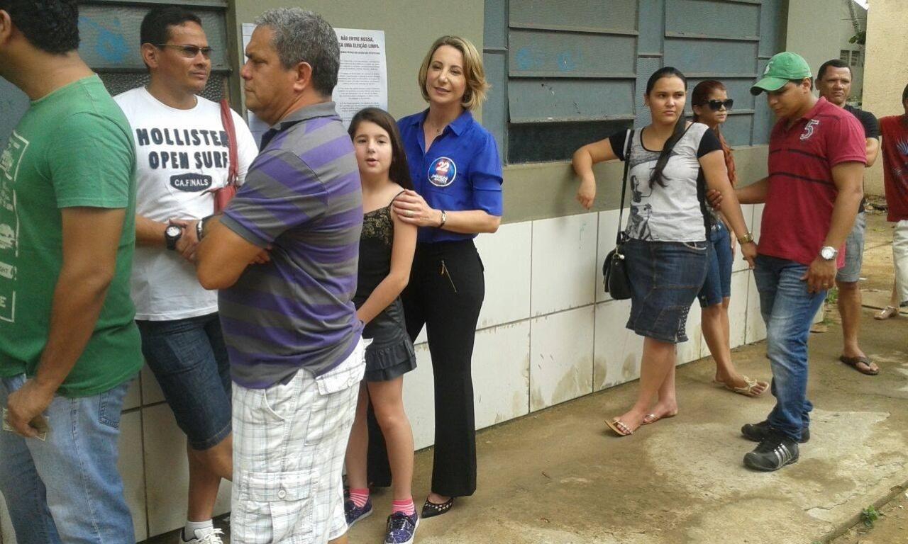 5.out.2014 - Jaqueline Cassol, candidata do PR ao governo de Rondônia, aguarda na fila para vota no Colégio Castelo Branco, em Porto Velho, na manhã deste domingo (5). Ela é a terceira colocada na disputa, com 11% das intenções de votos válidos, segundo pesquisa Ibope do dia 3 de outubro