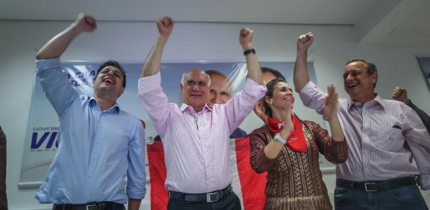 Lasier Martins (centro) comemora sua eleição ao Senado pelo Rio Grande do Sul