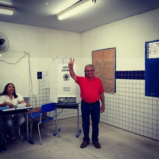 5.out.2014 - Líder na corrida ao Senado, com 49% dos votos válidos, de acordo com a pesquisa Ibope divulgada neste sábado (4), Zé Maranhão (PMDB) cumprimenta eleitores após votar neste domingo (5) na escola Padre Roma no Altiplano, em João Pessoa. À frente nas pesquisas do petista Lucélio Cartaxo, que tem 24%, Maranhão disse que sua votação é