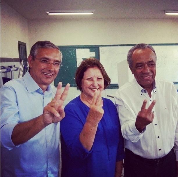5.out.2014 - Líder nas pesquisas para o Senado em Sergipe, a candidata do DEM Maria do Carmo cumprimenta eleitores neste domingo (5), ao lado do candidato ao governo Eduardo Amorim (à esquerda) e do prefeito de Aracaju, João Alves Filho (DEM), após votar no Colégio Atheneu, na capital sergipana. De acordo com a pesquisa Ibope Pesquisa Ibope divulgada neste sábado (4) Maria do Carmo (DEM) tem 61% dos votos válidos, contra 36% do petista Rogério Carvalho