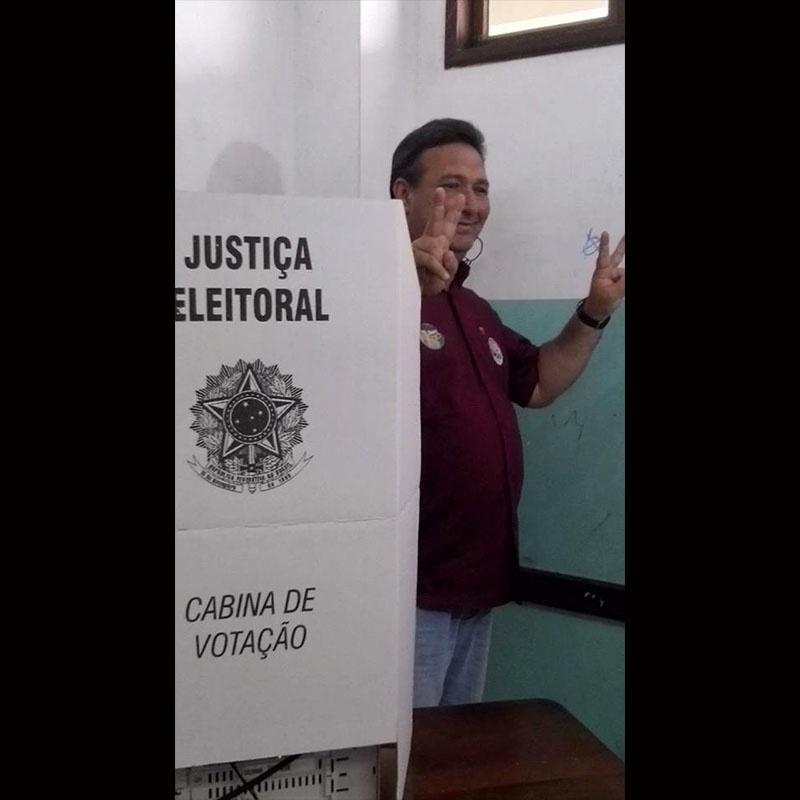 5.out.2014 - Lucas Barreto, candidato a governador do Amapá pelo PSD, acena depois de votar em escola neste domingo (5).