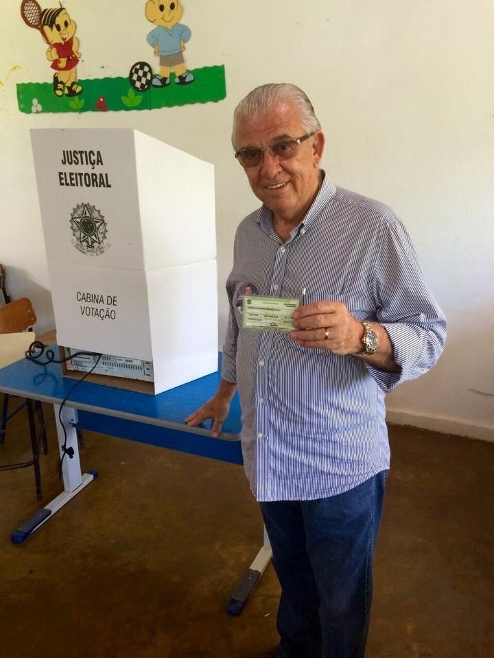 5.out.2014 - Moreira Mendes (PSD) mostra título de eleitor após votar neste domingo (5) em Rondônia. O candidato do PSD ao Senado é o terceiro na disputa pelo cargo, com 23% dos votos válidos, segundo a pesquisa Ibope divulgada nesta sexta-feira (3). Acir Gurgacz (PDT), com 35%, e Ivone Cassol (PP), com 26%, completam a disputa