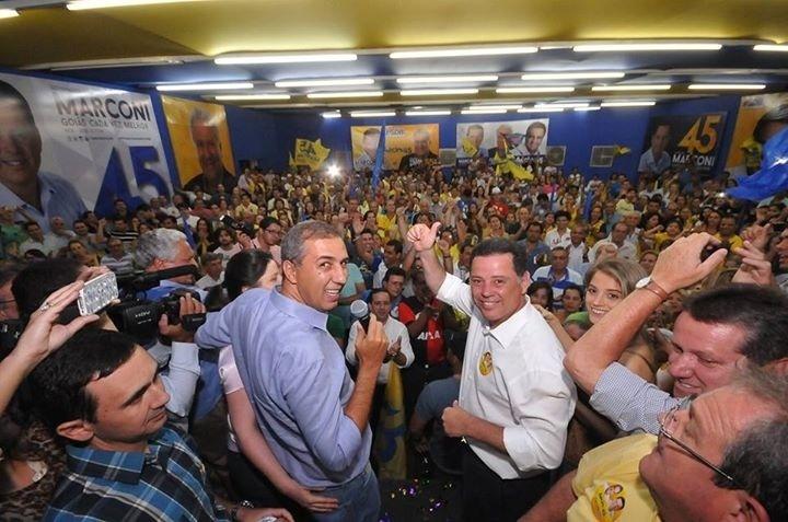 5.out.2014 - O atual governador de Goiás, Marconi Perillo (de camisa branca), do PSDB, que vai disputar o segundo turno das eleições com Iris Resende (PMDB), no próximo dia 26, afirmou, em mensagem divulgada na sua página no Facebook, estar 'muito feliz com a vitória maiúscula de hoje'. Ele recebeu 45,86% dos votos válidos contra 28,4% do adversário. No texto, ele cita a vantagem de mais de 550 mil votos e destaca o 'desempenho espetacular' do correligonário Aécio Neves, que vai disputar o 2º turno das eleições presidenciais com a presidente Dilma Rousseff (PT)
