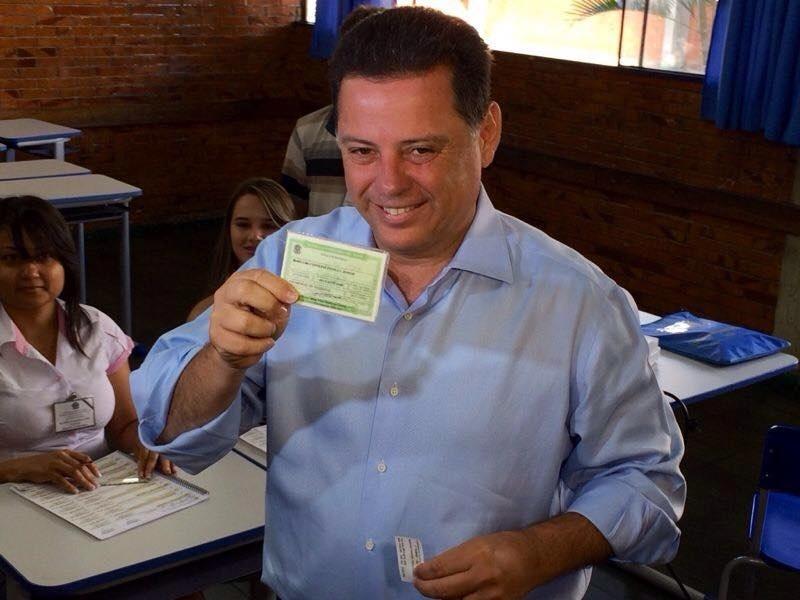 5.out.2014 - O candidato à reeleição em Goiás, governador Marconi Perillo (PSDB), mostra título de eleitor antes de votar em Palmeiras de Goiás, no interior do Estado. Perillo é favorito na disputa, com 42% das intenções de voto, segundo pesquisa Ibope divulgada na quarta-feira (1)