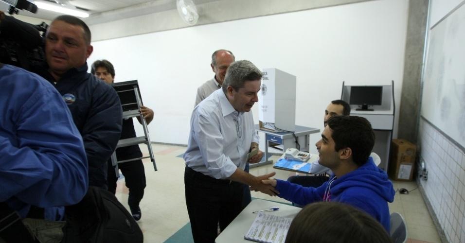 5.out.2014 - O candidato a senador, Antonio Anastasia (PSDB), votou em Belo Horizonte, neste domingo (5), primeiro turno das eleições 2014. Líder durante toda a campanha, o ex-governador de Minas Gerais tem 53% das intenções de voto, segundo o Datafolha