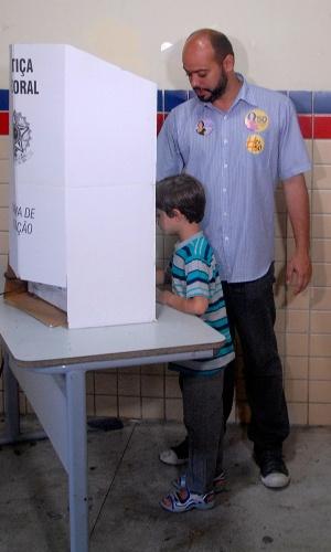 5.out.2014 - O candidato ao governo de Pernambuco Zé Gomes (Psol) aguardou a fila de uma hora e 15 minutos para poder votar