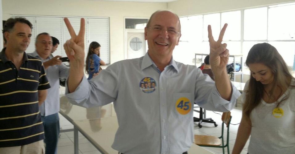 5.out.2014 - O candidato ao governo de Santa Catarina Paulo Bauer (PSDB) posa para fotos após votar em Joinville, no interior do Estado. Bauer está em segundo lugar na disputa ao governo, com 18% das intenções de voto, atrás do candidato à reeleição, governador Raimundo Colombo (PSD), que tem 48%
