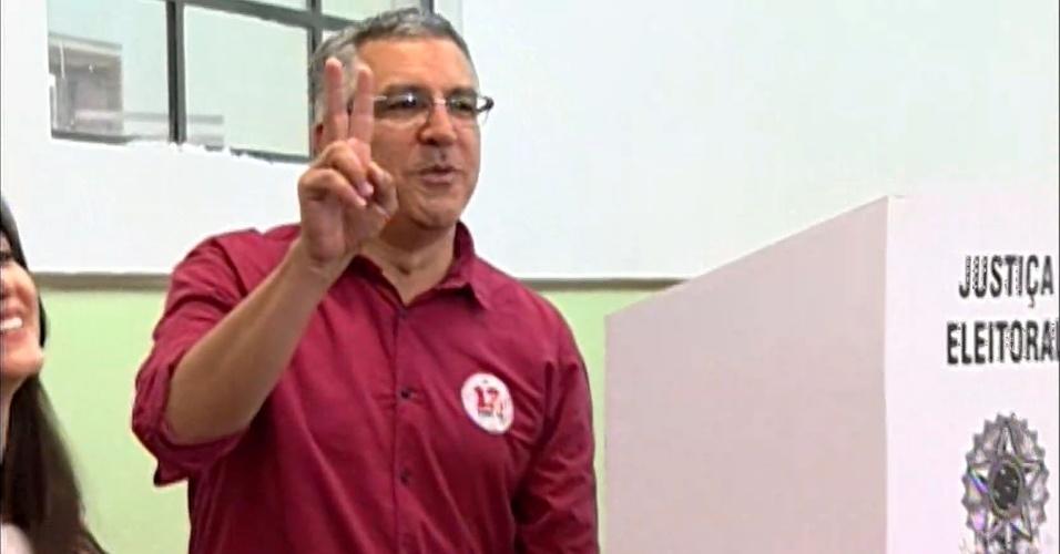 5.out.2014 - O candidato ao governo de São Paulo, Alexandre Padilha (PT), votou na escola estadual Caetano de Campos, na região da Consolação, em São Paulo, neste domingo (5). Pesquisa Datafolha divulgada neste sábado (4) mostrou que o candidato tem 13% das intenções de voto. Geraldo Alckmin (PSDB) pode se reeleger, pois lidera a pesquisa com 59% dos votos válidos, seguido de Paulo Skaf (PMDB), que está com 24%