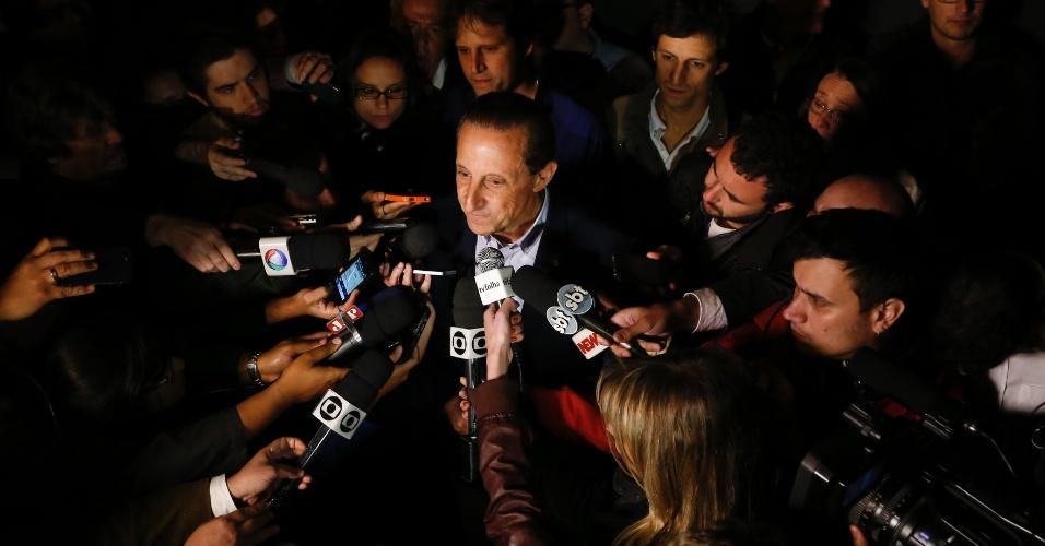 5.out.2014 - O candidato ao governo de São Paulo pelo PMDB, Paulo Skaf, agradece o apoio recebido durante campanha após o resultado do primeiro turno das eleições, neste domingo (5). Skaf ficou em segundo lugar no pleito, com 21,53% dos votos. Geraldo Alckmin (PSDB) foi reeleito governador de São Paulo com 57,31% dos votos