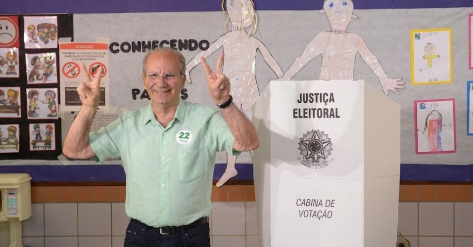 5.out.2014 - O candidato ao governo do Distrito Federal Jofran Frejat (PR) vota em uma escola do Lago Sul, em Brasília. Ele chegou acompanhado da esposa, Denise, e da filha caçula, Júlia. Depois de votar fez o símbolo da vitória para os jornalistas que acompanharam o momento da votação. A saída de Frejat da escola, no entanto, foi tumultuada. Ele teve um bate-boca com o fiscal da coligação PSB/PDT/PSD e SD, Frederico Barreto, que acusou o candidato de fazer boca de urna e promover a aglomeração de pessoas. Em tom elevado, Frejat exigiu respeito
