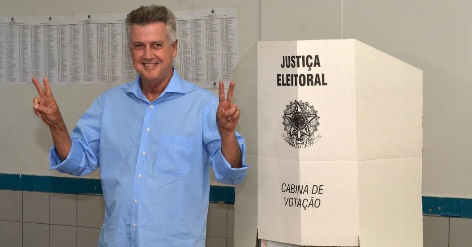 5.out.2014 - O candidato ao governo do Distrito Federal, Rodrigo Rollemberg (PSB), votou neste domingo (5) em Brasília, em um colégio localizado na Asa Sul, no Plano Piloto. Rollemberg lidera as pesquisas de intenção de voto no DF. O senador teria 32% dos votos para o governo, de acordo com pesquisa Ibope/Globo divulgada nesta terça-feira (30). Em segundo lugar, está Jofran Frejat (PR), com 24% das intenções de voto