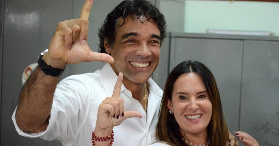 5.out.2014 - O candidato ao Governo do Estado do Maranhão Edison Lobo Filho (PMDB), votou na manhã deste domingo (5), no colégio Santa Teresa, no centro histórico de São Luís. Lobo está em segundo lugar nas pesquisas com 32% das intenções de voto, segundo a pesquisa Ibope