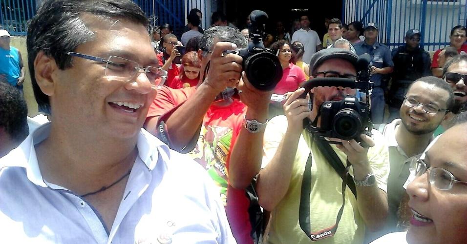 5.out.2014 - O candidato ao governo do Maranhão, Flávio Dino (PCdoB), vota neste domingo (5) na escola Clarindo Santiago, em São Luís. Na saída, ele disse ao UOL que, se eleito, será o primeiro governador da história do PC do B em 92 anos de história do partido no país